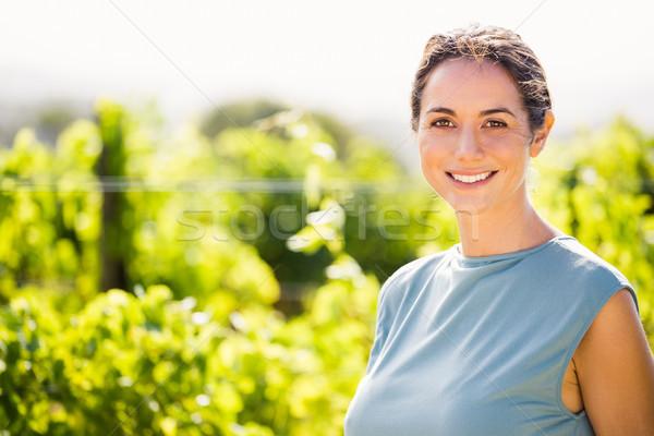 Portré mosolygó nő szőlőskert mosolyog fiatal nő napos idő Stock fotó © wavebreak_media