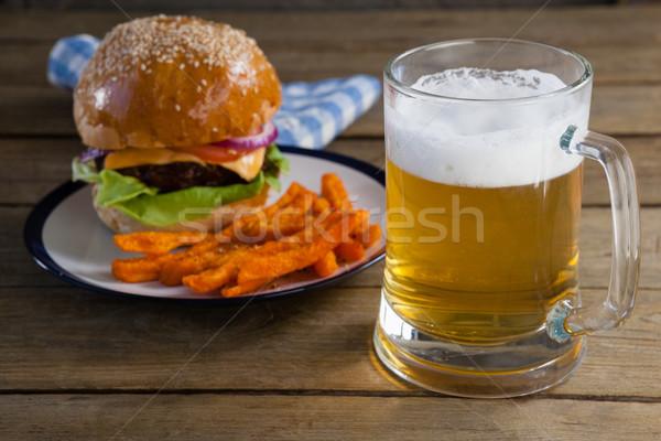 Hamburger sültkrumpli tányér üveg sör fa asztal Stock fotó © wavebreak_media