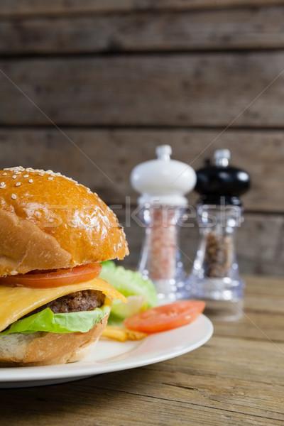 Burger plaque table en bois alimentaire bois Photo stock © wavebreak_media