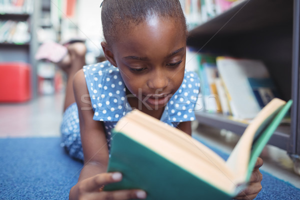 Meisje lezing boek bibliotheek plank Stockfoto © wavebreak_media
