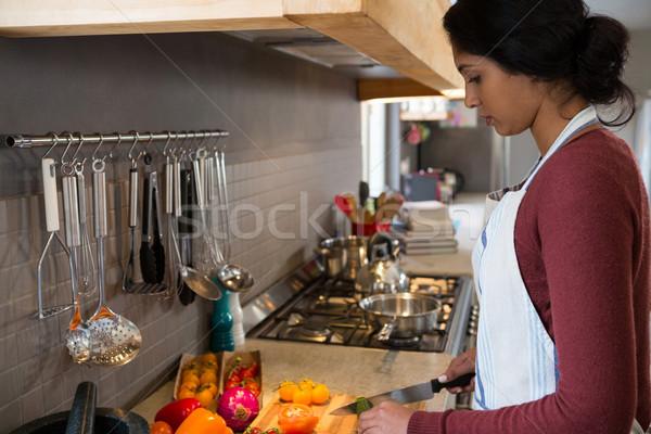 Yandan görünüş kadın sebze mutfak ev Stok fotoğraf © wavebreak_media