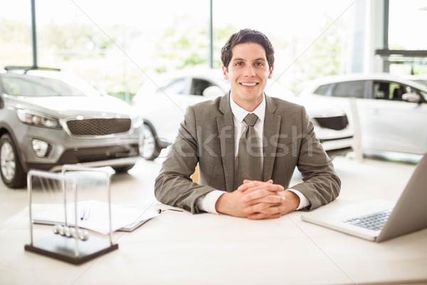 Souriant vendeur derrière bureau nouvelle voiture salle d'exposition Photo stock © wavebreak_media