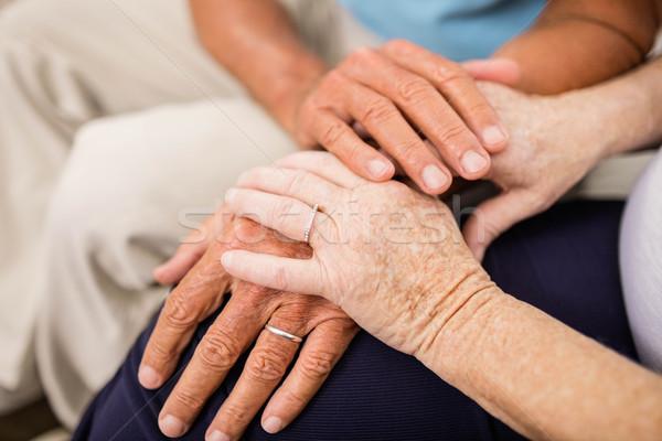 Foto stock: Bonitinho · casal · de · idosos · de · mãos · dadas · sofá · mulher · mãos