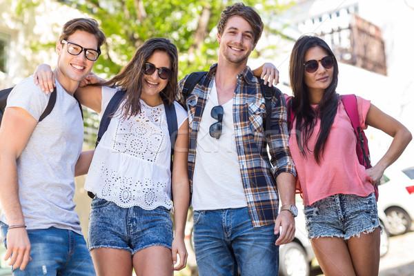 Csípő barátok mosolyog pózol kamera utcák Stock fotó © wavebreak_media