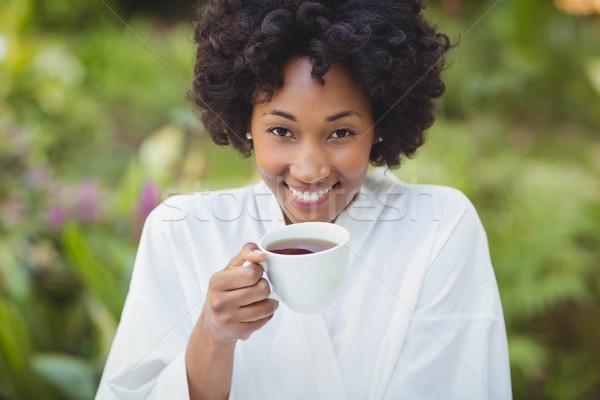 Mosolygó nő tart tea kert nő boldog Stock fotó © wavebreak_media