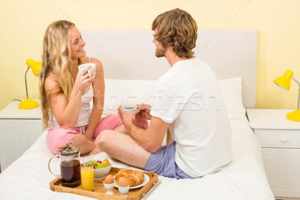 Cute paar ontbijt vergadering bed slaapkamer Stockfoto © wavebreak_media
