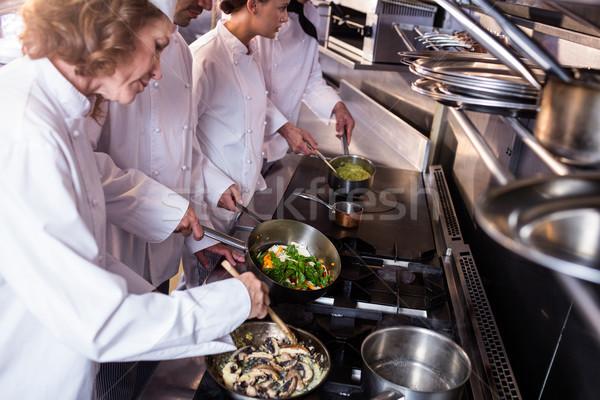 Csoport szakács ételt készít konyha étterem férfi Stock fotó © wavebreak_media
