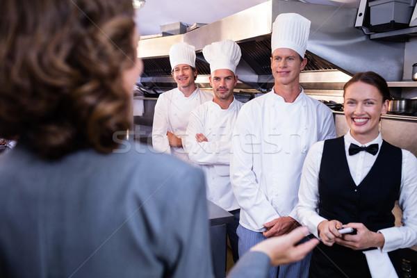 Restaurant manager briefing keuken personeel vrouwelijke Stockfoto © wavebreak_media