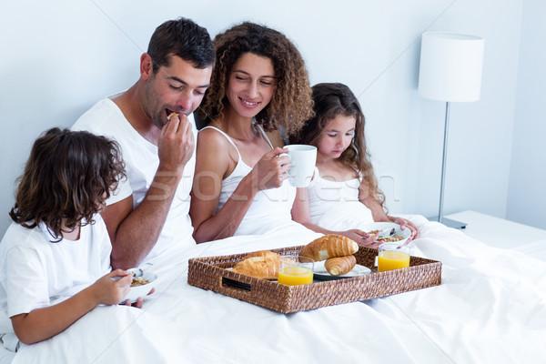Família café da manhã cama casa casa homem Foto stock © wavebreak_media