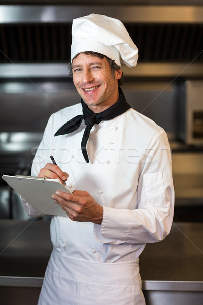 Porträt glücklich Küchenchef schriftlich Zwischenablage Küche Stock foto © wavebreak_media