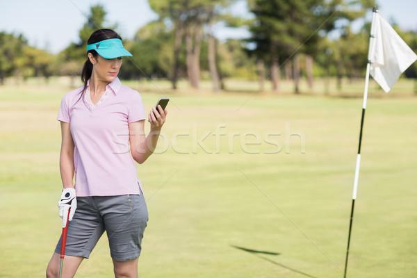 Jogador de golfe mulher telefone em pé campo telefone móvel Foto stock © wavebreak_media