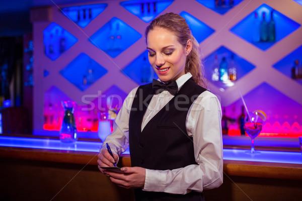 Jóvenes escrito bloc de notas contra bar mujer Foto stock © wavebreak_media