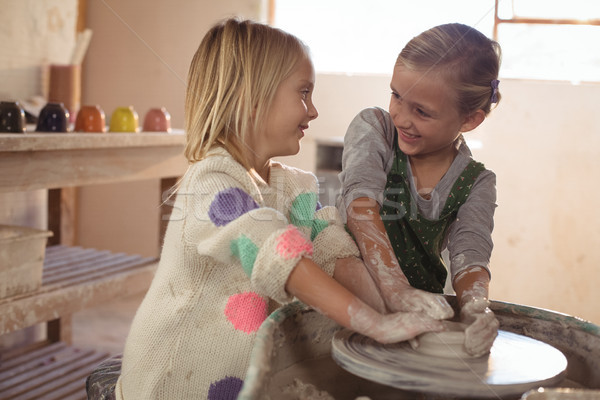 Souriant filles pot poterie atelier Photo stock © wavebreak_media