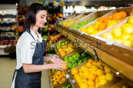 Homme personnel fruits organique supermarché Photo stock © wavebreak_media