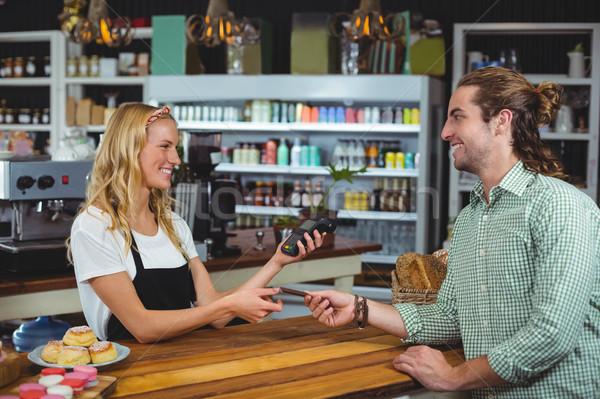 счастливым клиентов кредитных карт официантка человека ресторан Сток-фото © wavebreak_media