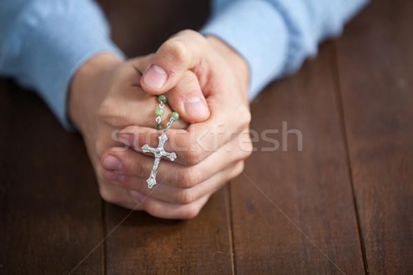 Bidden handen man rozenkrans houten bureau Stockfoto © wavebreak_media