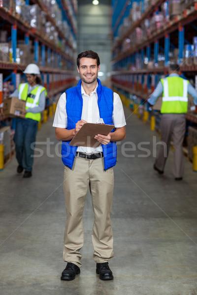 Almacén trabajador portapapeles retrato hombre Foto stock © wavebreak_media