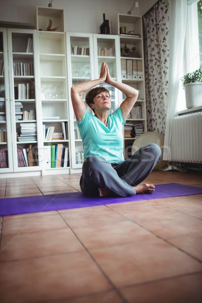 старший женщину молитвы положение домой Сток-фото © wavebreak_media