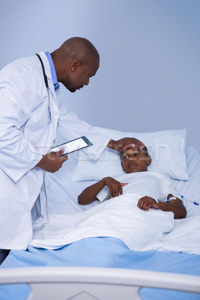 Médecin de sexe masculin patient fièvre visiter internet homme Photo stock © wavebreak_media