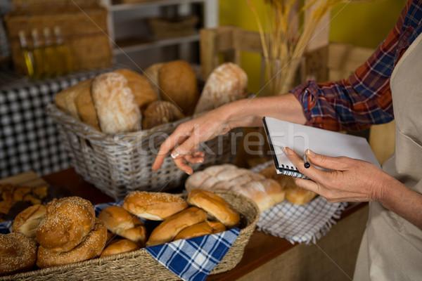 Női személyzet stock lemez kenyér pult Stock fotó © wavebreak_media