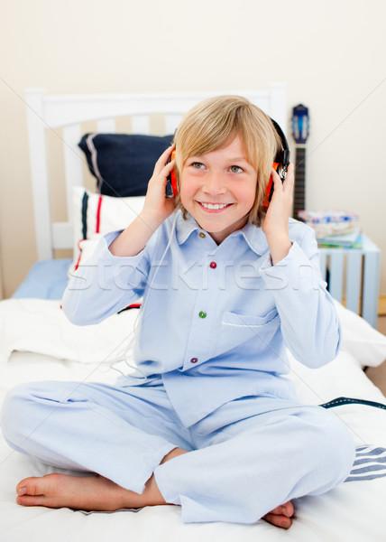 Sorridere ragazzo ascolto musica seduta letto Foto d'archivio © wavebreak_media