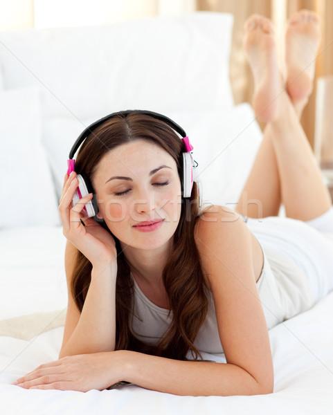 Kobieta bed słuchania muzyki Zdjęcia stock © wavebreak_media