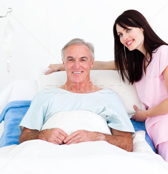 Zâmbitor asistentă senior pat spital Imagine de stoc © wavebreak_media