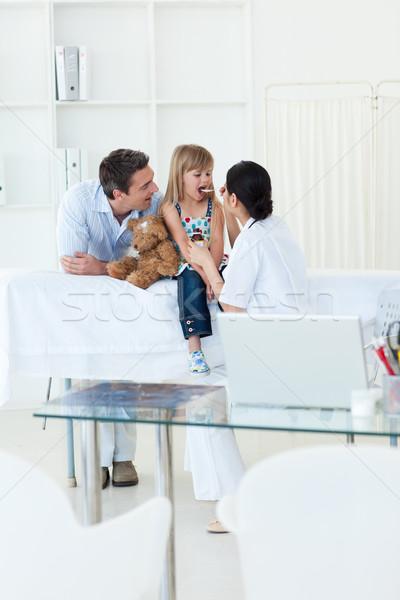 Medico bambina donna felice medici Foto d'archivio © wavebreak_media