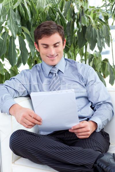 Tevreden zakenman lezing papieren sofa aantrekkelijk Stockfoto © wavebreak_media