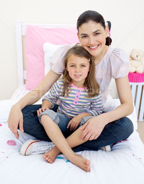 Glimlachend moeder meisje vergadering bed Stockfoto © wavebreak_media