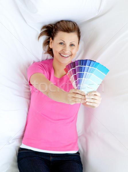 Encantado mulher sofá cor amostra Foto stock © wavebreak_media
