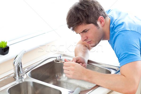 Concentrado hombre fregadero cocina casa Foto stock © wavebreak_media