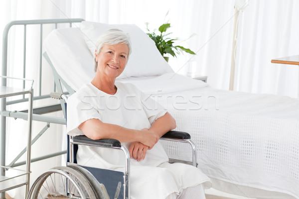 Foto stock: Senior · mulher · cadeira · de · rodas · olhando · câmera · espaço