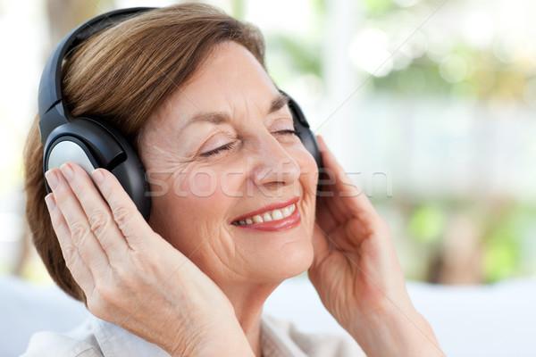 シニア 音楽を聴く 女性 家 幸せ 健康 ストックフォト © wavebreak_media
