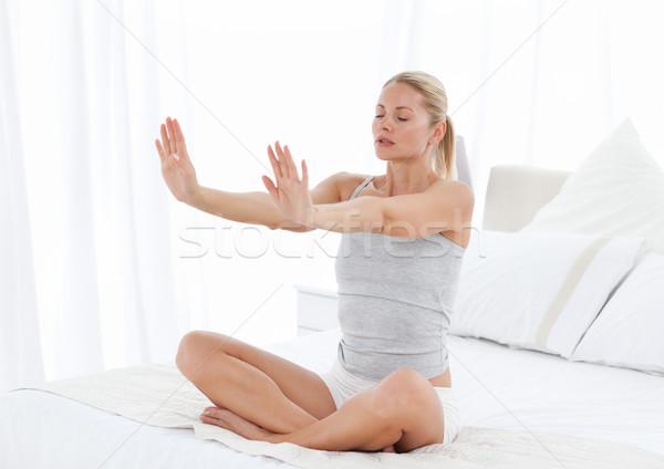 Mujer hermosa yoga cama casa sonrisa Foto stock © wavebreak_media