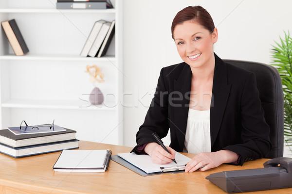 Güzel kadın takım elbise yazı notepad oturma Stok fotoğraf © wavebreak_media
