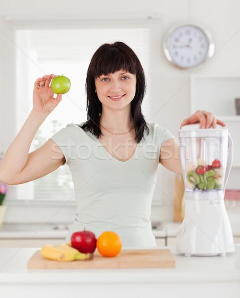 Goed kijken brunette vrouwelijke poseren permanente keuken Stockfoto © wavebreak_media