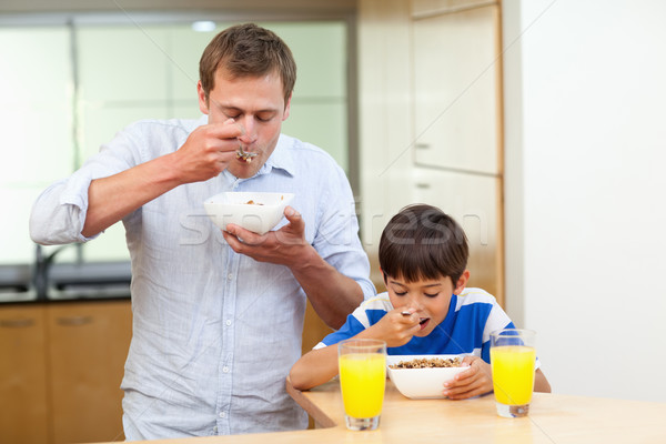 Vader zoon granen samen voedsel keuken oranje Stockfoto © wavebreak_media