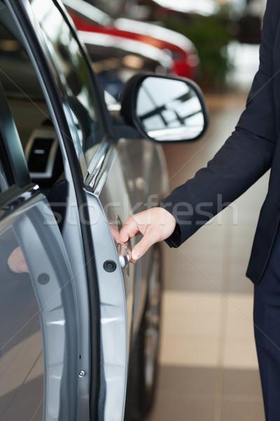 Adam yarım kapıyı açmak araba Stok fotoğraf © wavebreak_media