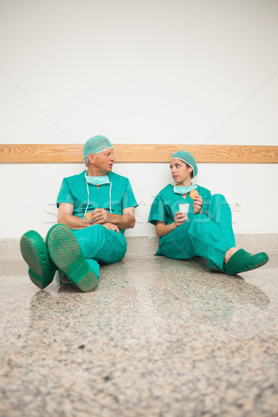 Foto d'archivio: Chirurghi · seduta · piano · ospedale · salute · verde