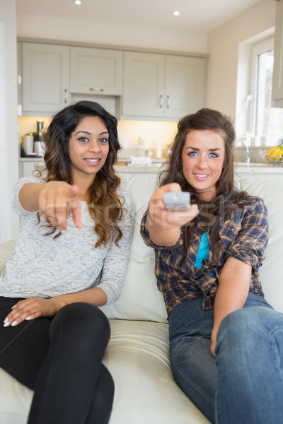 две женщины смотрят телевизор удаленных Сток-фото © wavebreak_media