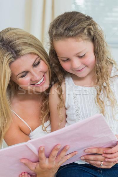 Glimlachend dochter moeder lezing verhalenboek samen Stockfoto © wavebreak_media