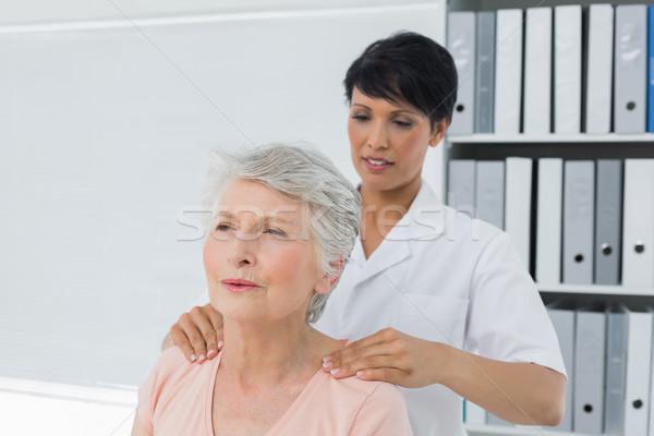 Quiroprático senior ombro feminino médico Foto stock © wavebreak_media
