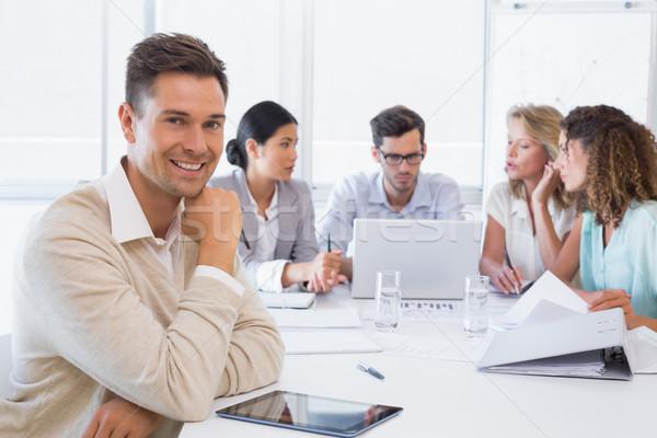 ストックフォト: カジュアル · ビジネスマン · 笑みを浮かべて · カメラ · 会議 · オフィス
