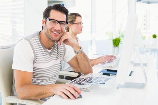 Homem óculos sessão secretária olhando Foto stock © wavebreak_media