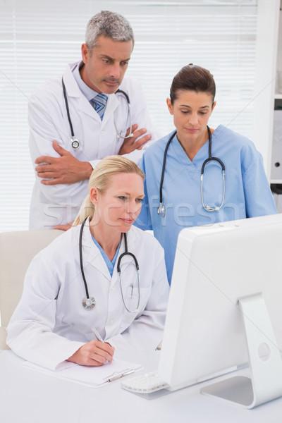 Doktorlar bakıyor bilgisayar tıbbi ofis kadın Stok fotoğraf © wavebreak_media