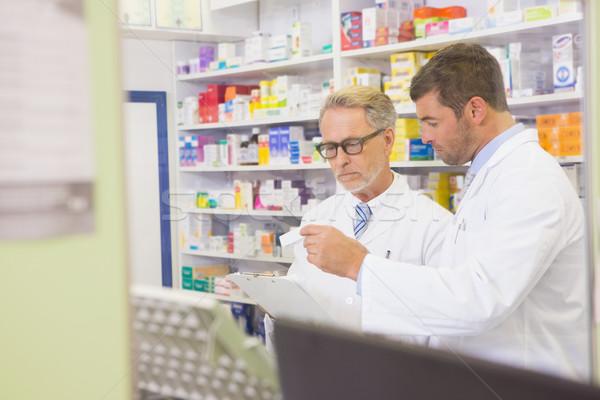 Starszy farmaceuta czytania recepta schowek apteki Zdjęcia stock © wavebreak_media