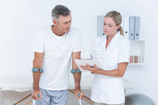 Médico clipboard paciente muleta médico Foto stock © wavebreak_media