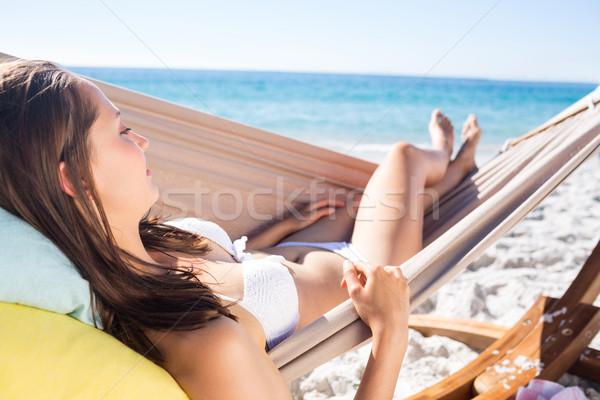 Barna hajú megnyugtató függőágy tengerpart nő boldog Stock fotó © wavebreak_media