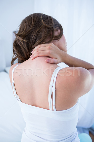 Mujer bonita sufrimiento dolor de cuello casa dormitorio casa Foto stock © wavebreak_media